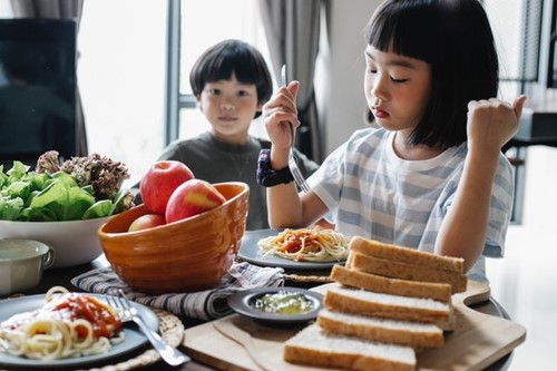 How to Feed Children who are Picky Eaters  image